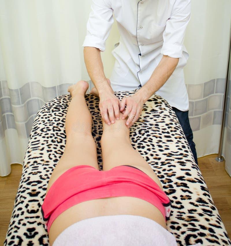 Pés da massagem contra celulites foto de stock royalty free