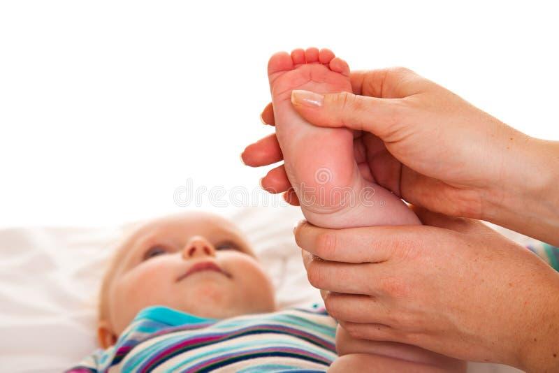 Pés da massagem da menina infantil imagens de stock
