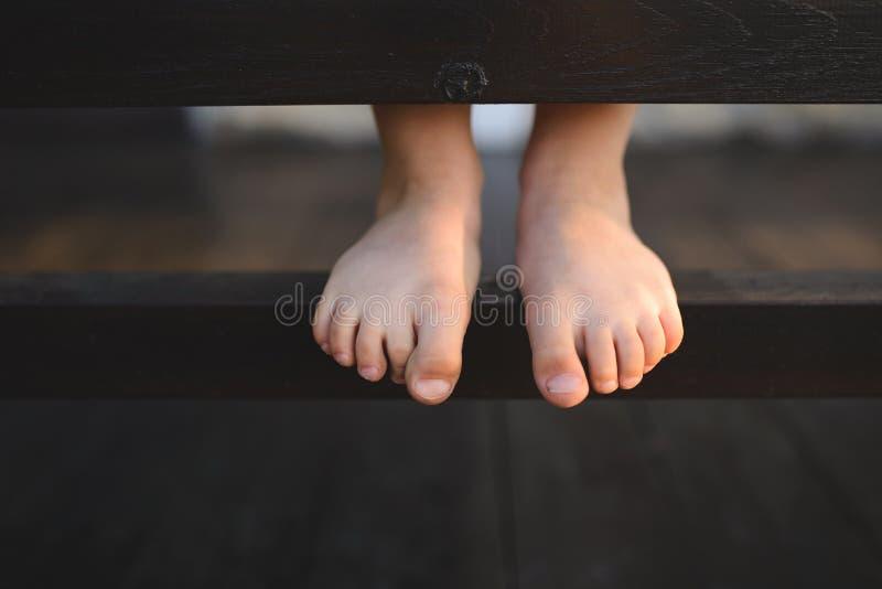 Pés da menina descalça imagens de stock