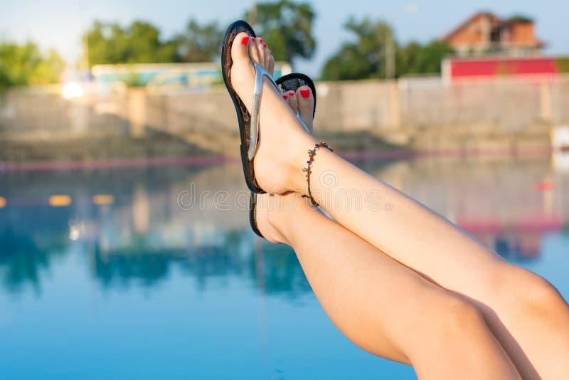 pés da mulher ao apreciar na associação foto de stock royalty free
