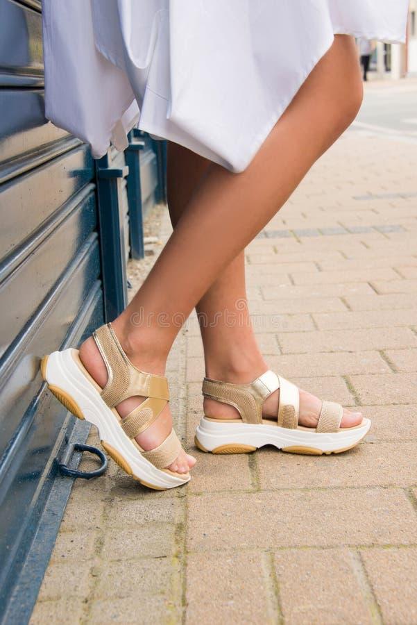 Pés da mulher com as sapatas dos saltos altos para a temporada de verão da mola imagem de stock royalty free
