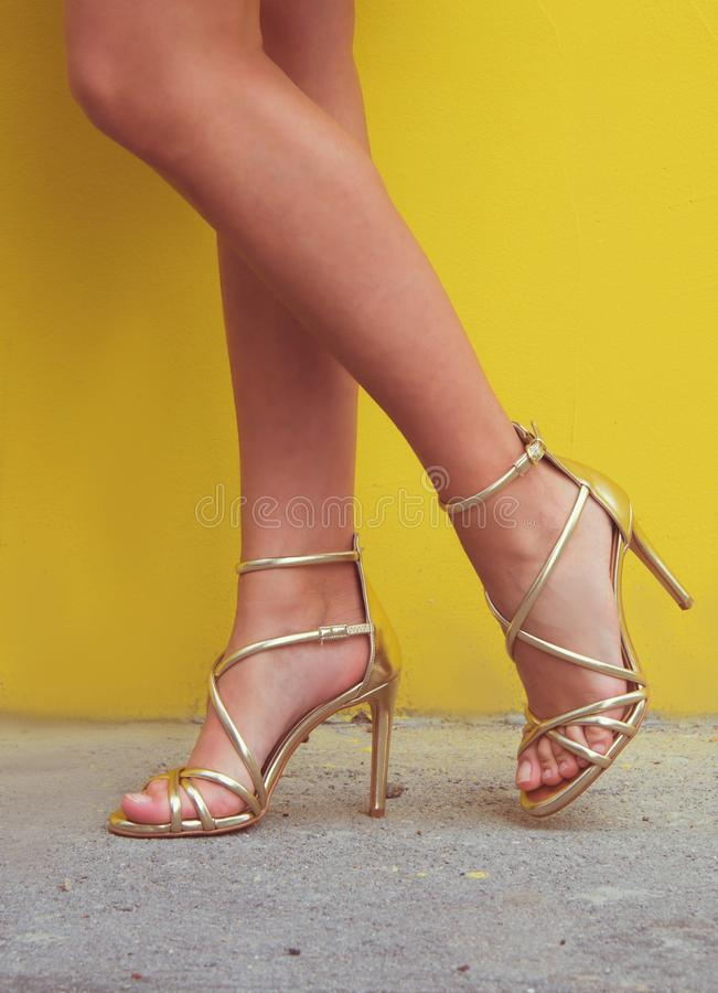 Pés da mulher com as sapatas dos saltos altos para a temporada de verão da mola foto de stock royalty free