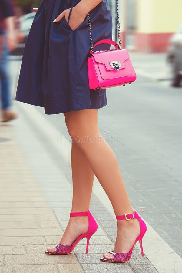 Pés da mulher com as sapatas dos saltos altos para a temporada de verão da mola fotos de stock