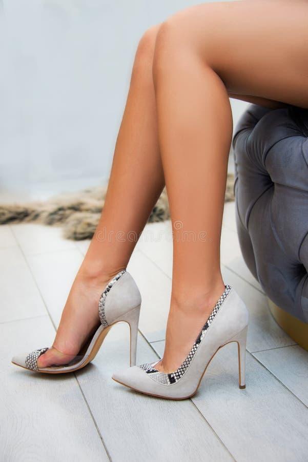 Pés da mulher com as sapatas dos saltos altos para a temporada de verão da mola fotos de stock royalty free