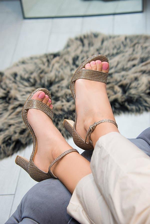 Pés da mulher com as sapatas dos saltos altos para a temporada de verão da mola foto de stock
