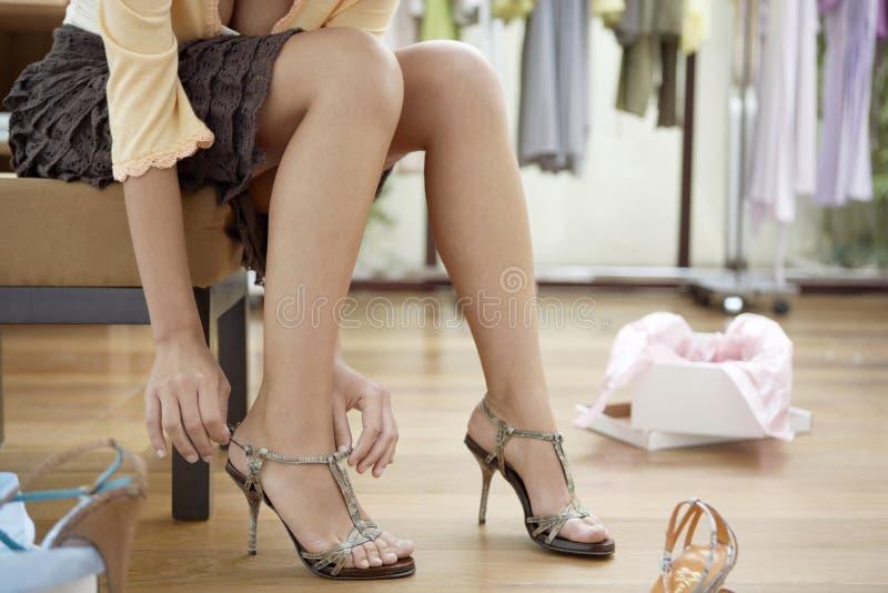 Pés da mulher com sapatas fotografia de stock