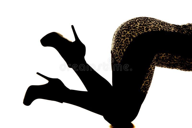 Pés da mulher da silhueta em joelhos imagem de stock