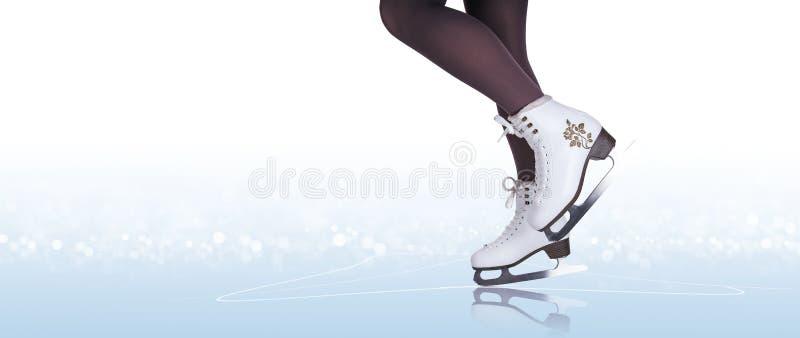Pés da mulher em botas da patinagem no gelo ilustração stock