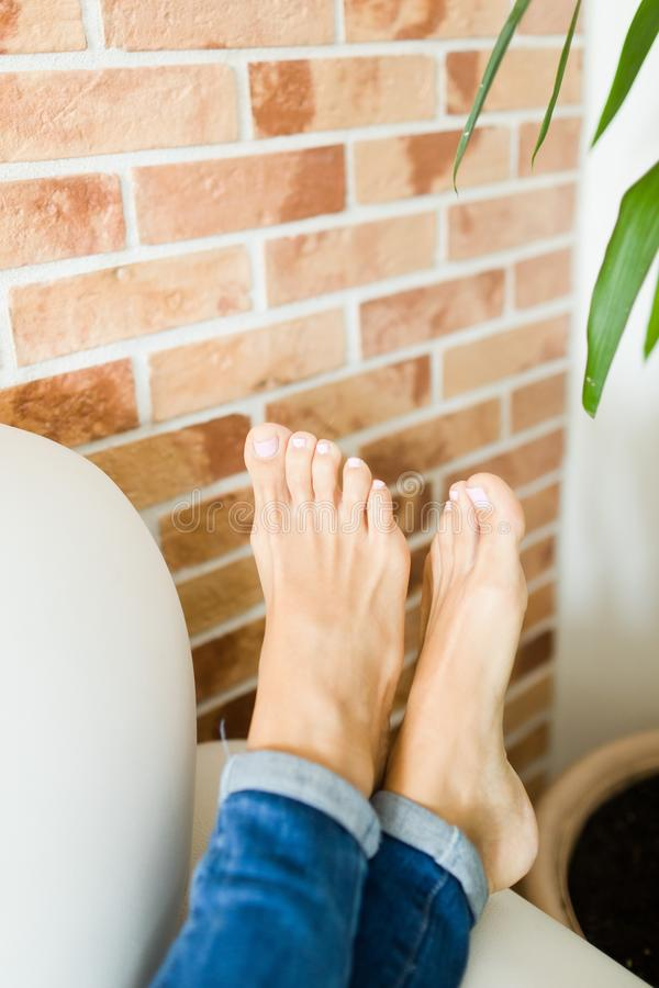 Pés da mulher nos detalhes - pedicure nos dedos do pé fotografia de stock