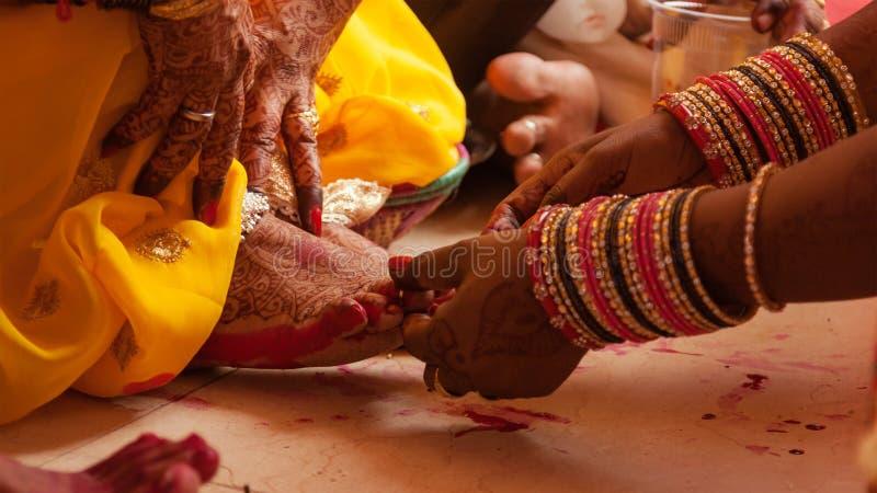 Pés da noiva que colorem a cerimônia, um ritual hindu do casamento, fotografia de stock royalty free