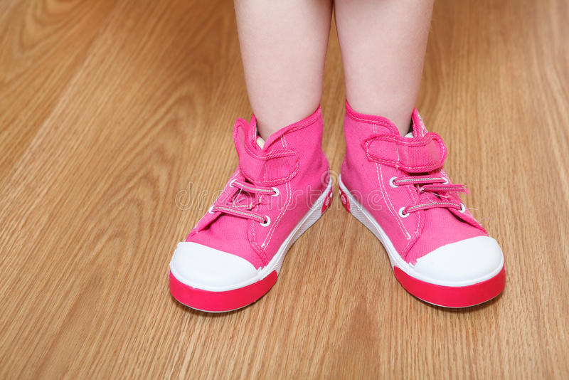 Pés das crianças em sapatas cor-de-rosa fotografia de stock