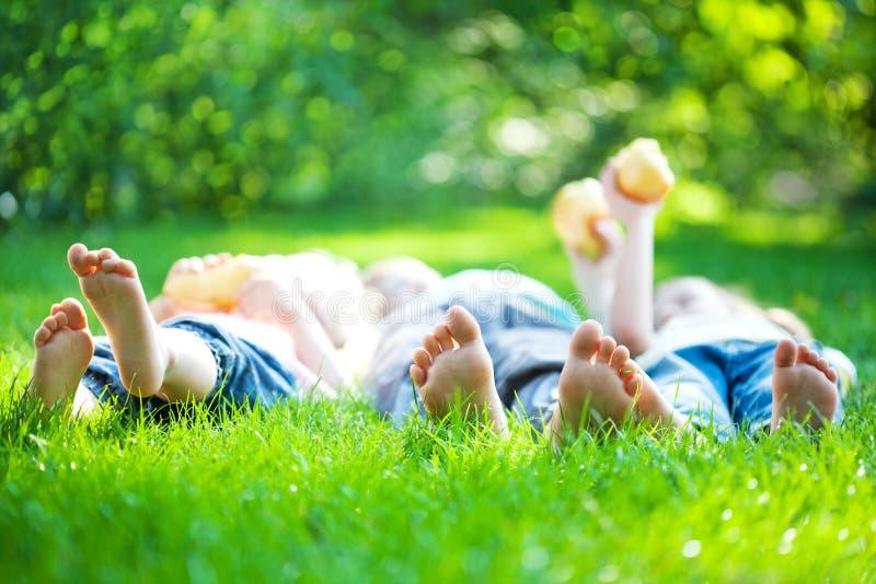 Pés das crianças na grama verde foto de stock