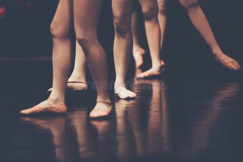 Pés de bailarinas novas dos dançarinos na dança clássica da classe, balle fotos de stock