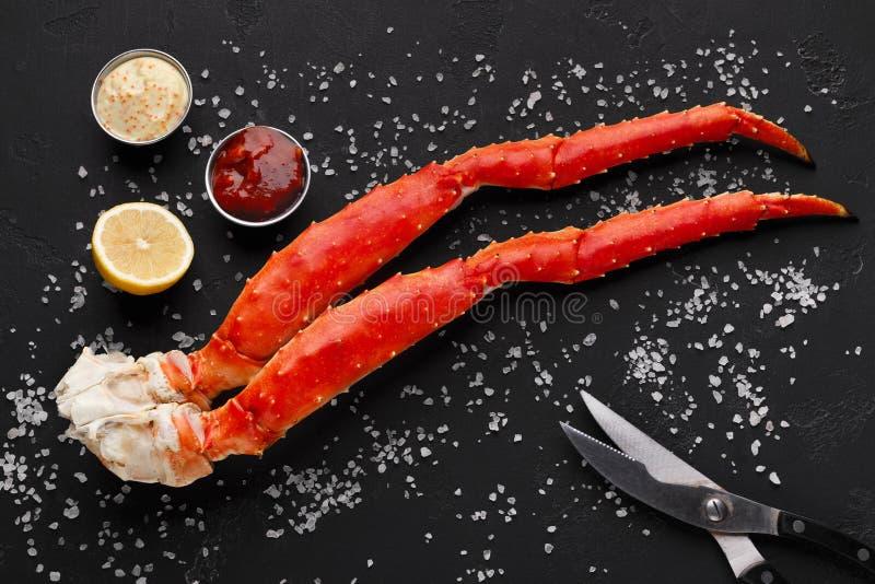 Pés de caranguejo deliciosos do rei com opinião superior das ferramentas comer foto de stock royalty free