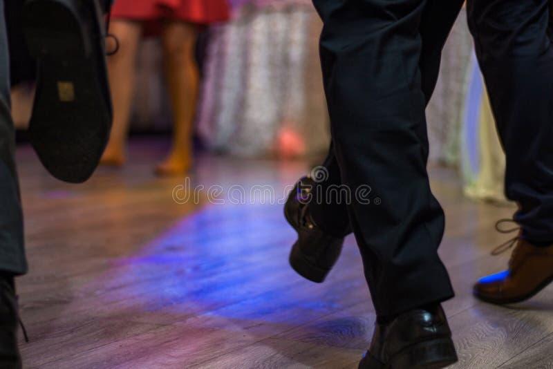 Pés de dança dos povos sobre imagem de stock