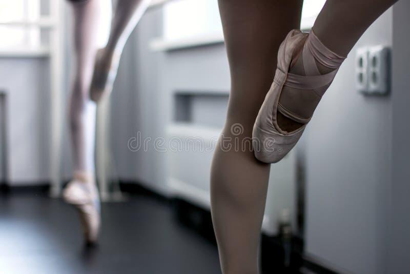 Pés de dançarinos de bailado novos imagem de stock