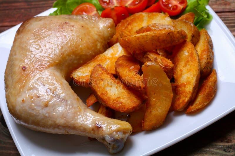 Pés de frango frito com batatas fritas em uma tabela imagens de stock royalty free