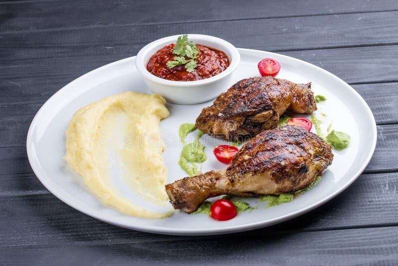 Pés de galinha 'Tabaka 'com molho Georgian foto de stock royalty free
