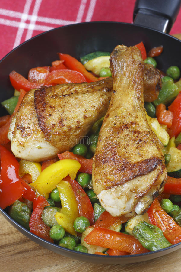 Pés de galinha com vegetais fritados foto de stock royalty free
