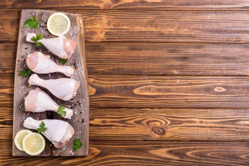 Pés de galinha crus com especiarias e salsa fotos de stock