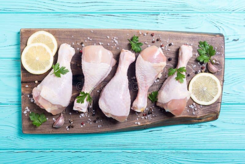 Pés de galinha crus com especiarias e salsa fotos de stock royalty free