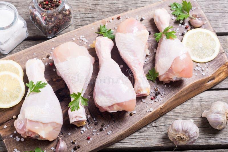 Pés de galinha crus com especiarias e salsa fotografia de stock