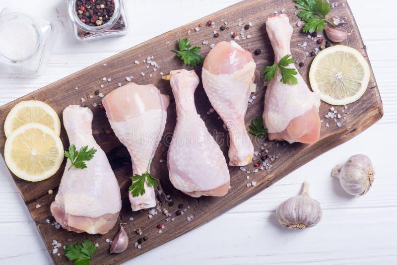 Pés de galinha crus com especiarias e salsa foto de stock