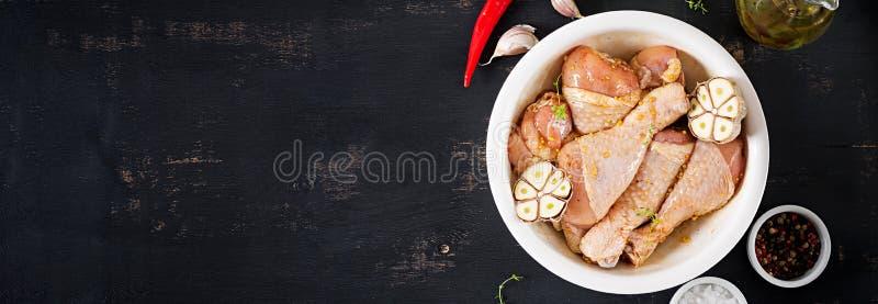 Pés de galinha postos de conserva crus crus, pilões para cozinhar na tabela escura foto de stock