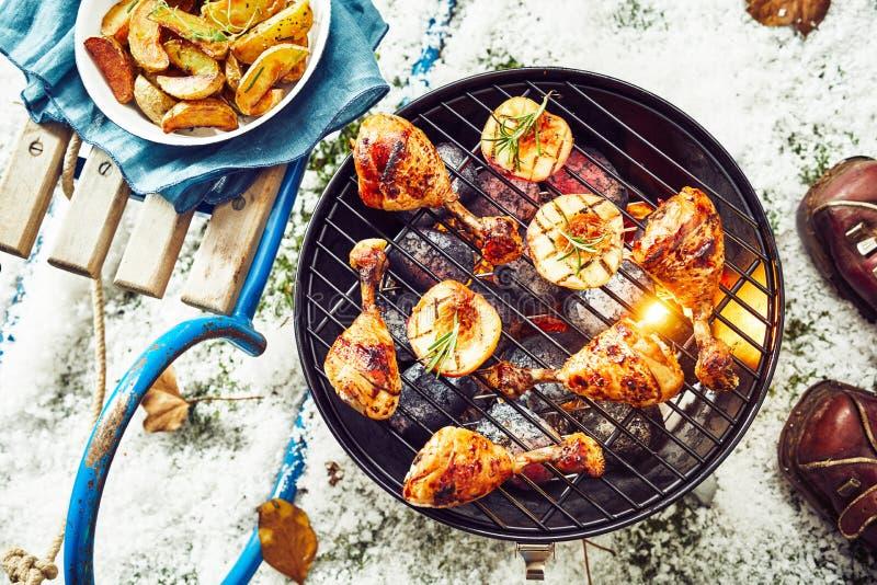 Pés de galinha postos de conserva picantes saborosos em um assado fotografia de stock royalty free
