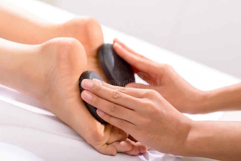 Pés de pedra quentes da massagem fotografia de stock
