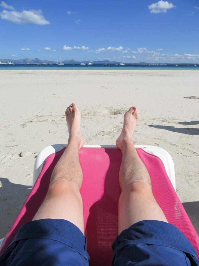 Pés de relaxamento da praia do homem imagem de stock royalty free