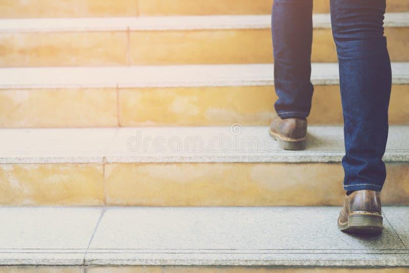 Pés de trabalho modernos do close-up do homem de negócio que andam abaixo das escadas na cidade moderna imagem de stock
