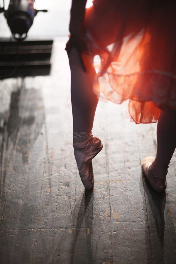 Pés de uma bailarina em sapatas do pointe foto de stock royalty free