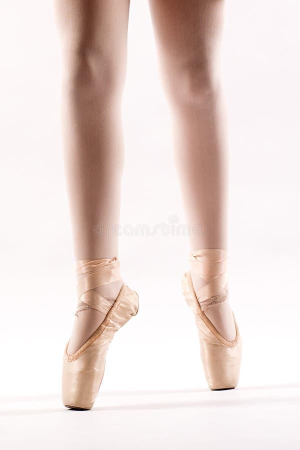 Pés de uma bailarina nova no pointe fotografia de stock royalty free