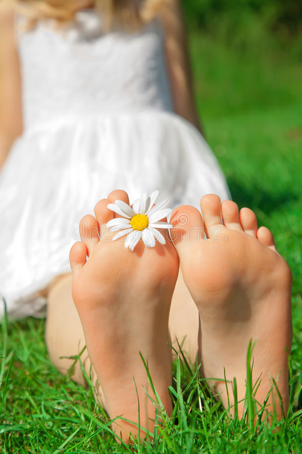 Pés de uma criança com flor fotos de stock