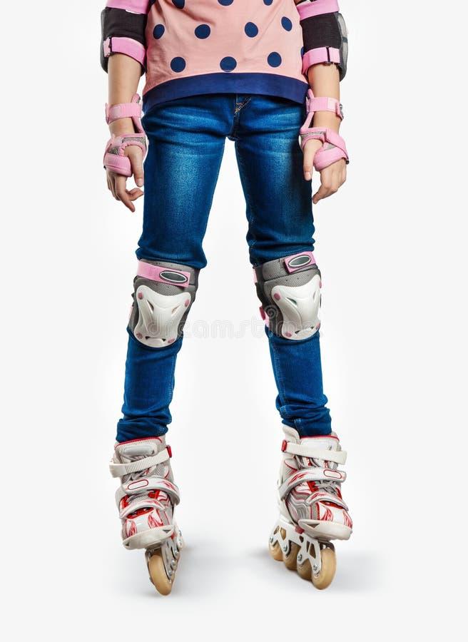 Pés de uma criança em patins de rolo fotografia de stock