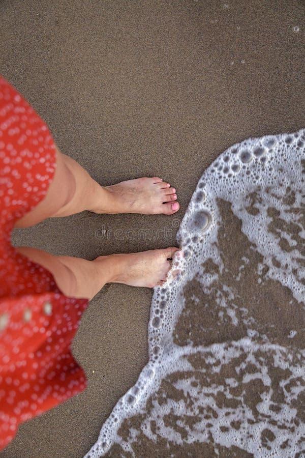 P?s desencapados da mulher na praia fotos de stock royalty free