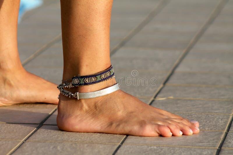 Pés desencapados, pé desencapado, braceletes, tornozelo, anklets fotos de stock