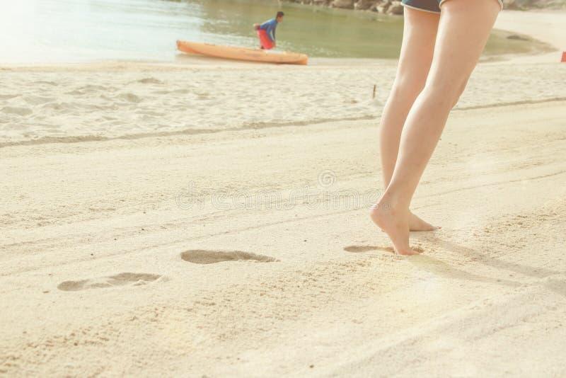 Pés despidos em uma praia da areia Os feriados, relaxam fotos de stock