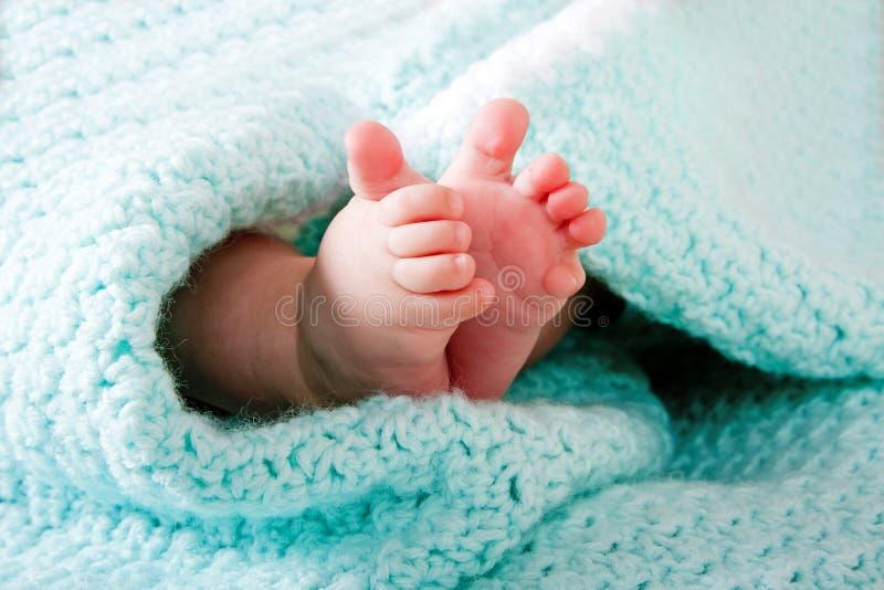 Pés Do Bebê No Cobertor Fotografia de Stock Royalty Free