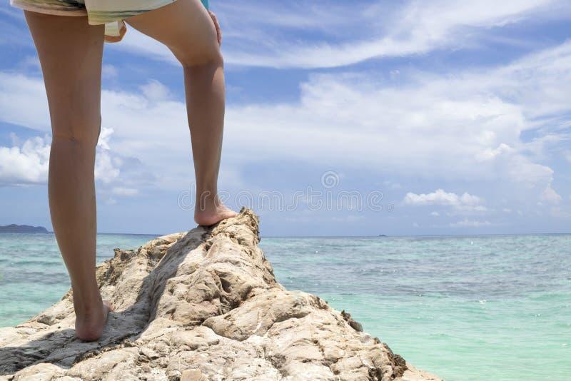 Pés do caminhante da jovem mulher na montanha do beira-mar fotos de stock