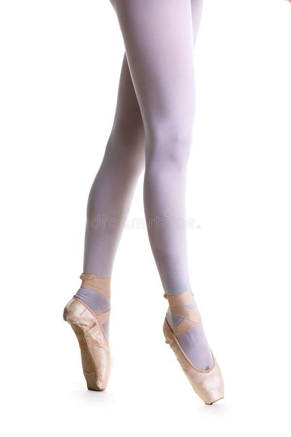 Pés do close up da bailarina nova em sapatas do pointe imagem de stock royalty free