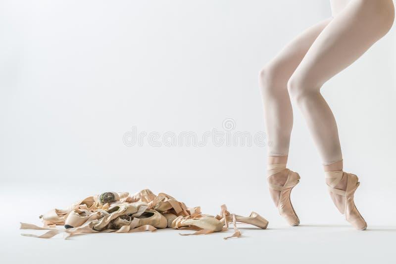 Pés do dançarino de bailado e sapatas do pointe fotografia de stock royalty free