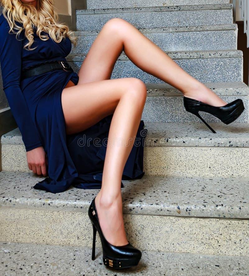 Pés do ` s da mulher no escadas foto de stock royalty free