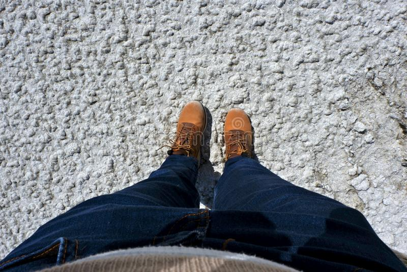 Pés do selfie visto de cima de, lago de sal seco imagens de stock