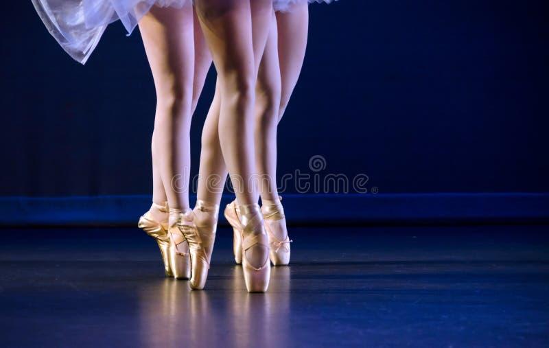 Pés do trio das bailarinas no pointe imagens de stock