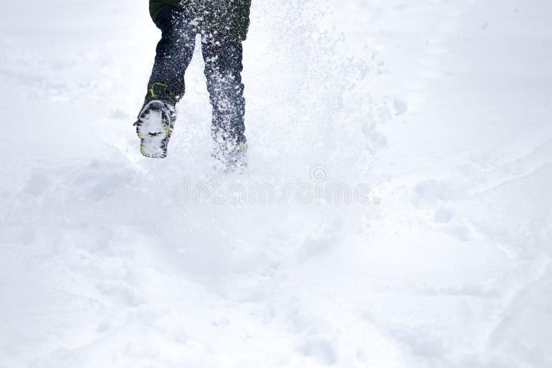 Pés do viajante que estão na neve profunda exterior Curso e disco foto de stock royalty free