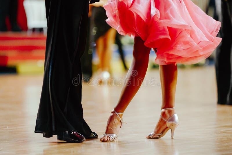 Pés dos pares dos dançarinos foto de stock