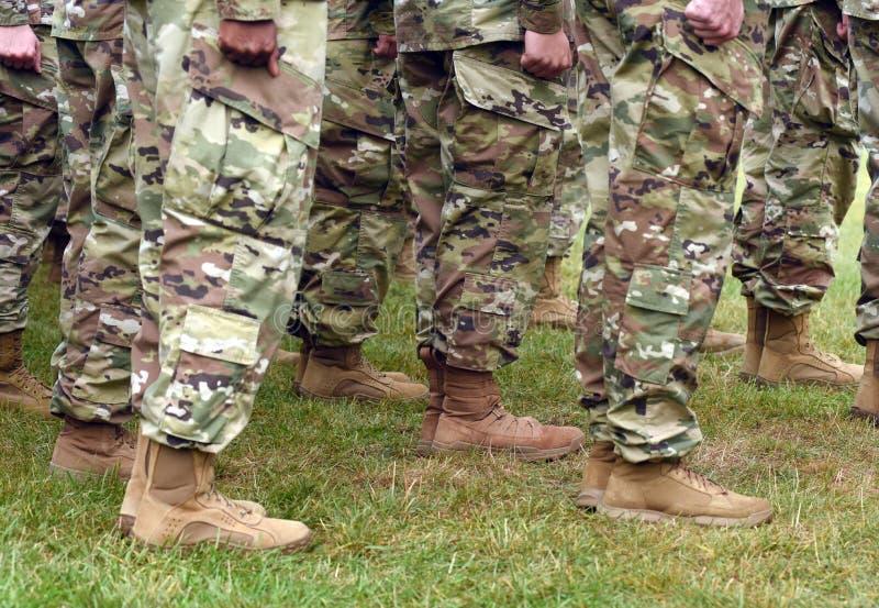 Pés dos soldados dos E.U. no uniforme militar da camuflagem verde Tropas dos E.U. imagem de stock
