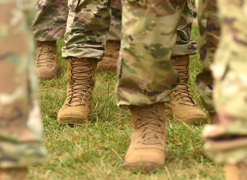 Pés dos soldados dos E.U. no uniforme militar da camuflagem verde Tropas dos E.U. fotografia de stock royalty free